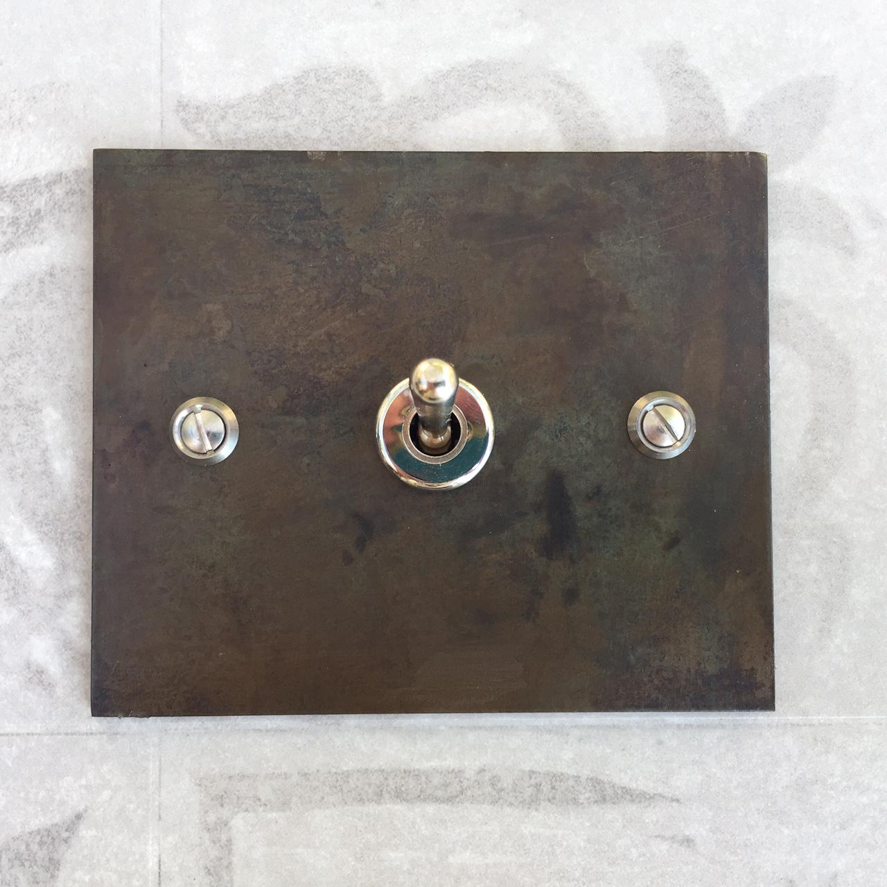 poussoir acier rectangle interrupteurs et prises au design r tro pour une d co vintage. Black Bedroom Furniture Sets. Home Design Ideas