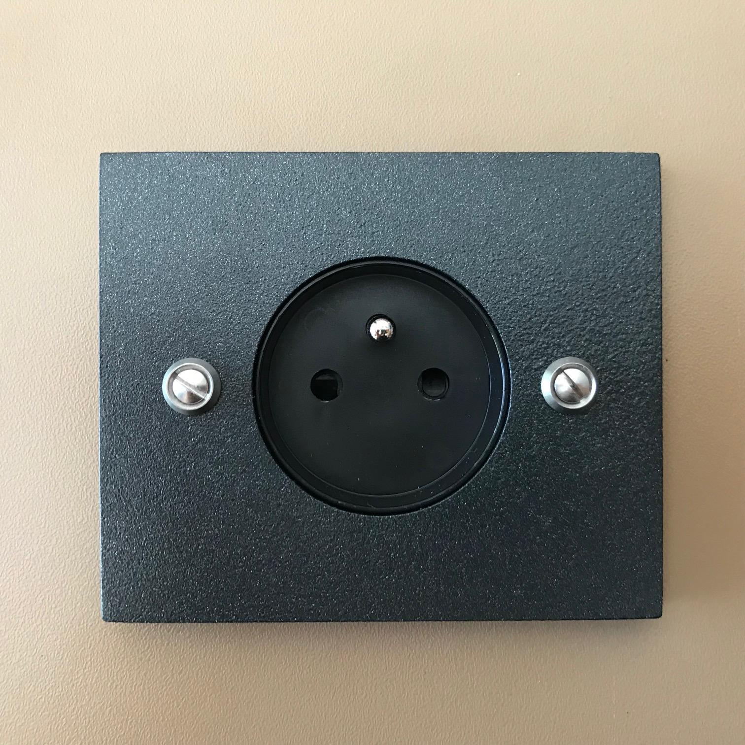 prise noir rectangle interrupteurs et prises au design r tro pour une d co vintage. Black Bedroom Furniture Sets. Home Design Ideas